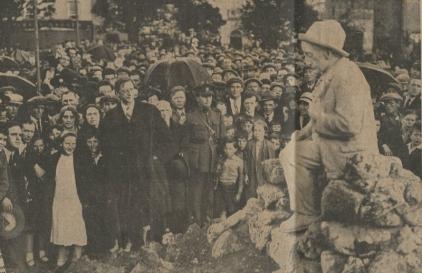 Padraic-O'Conaire-Statue-with-Eamonn-DeValera-pic_NUIG 1935